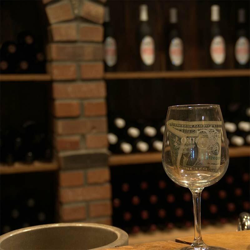 Die Arbeit des Küfers im Weinkeller